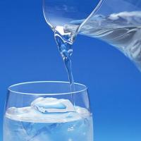 Phân biệt nước khoáng và nước tinh khiết.